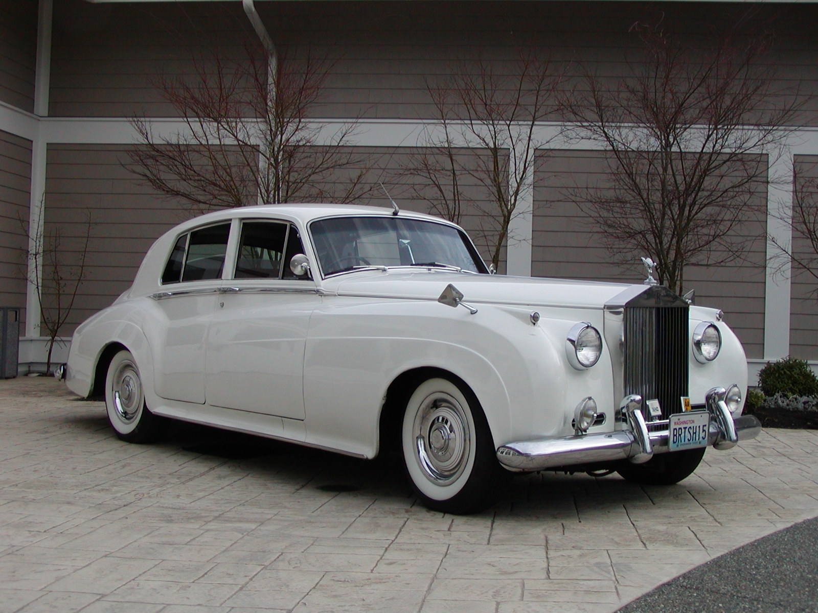 That s a rolls royce silver cloud it has a mask of the rolls