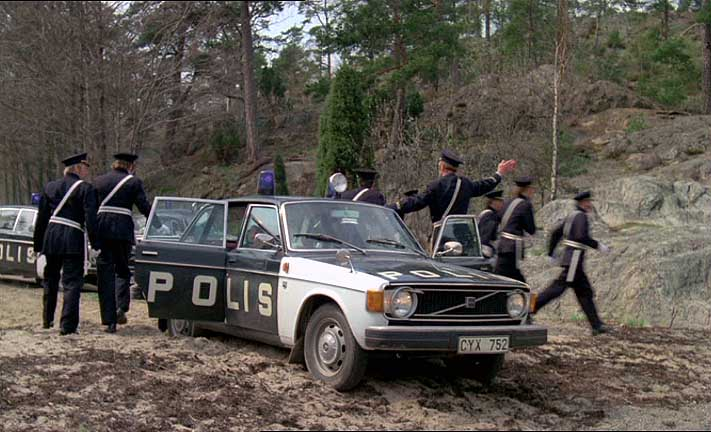 """IMCDb.org: 1974 Volvo 144 Polis in """"Släpp fångarne loss, det är vår!, 1975"""""""