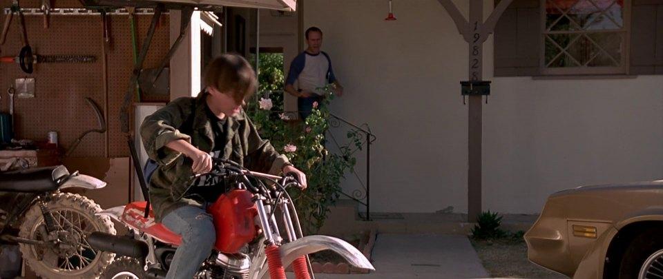 Юный Джон Коннор тоже круто водил мотоцикл